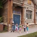 ''С книгой в будущее''. На фоне библиотеки им. В. Дубинина. Автор Антонова М.А.