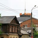 Здание современного цирка среди старинных ветхих домиков самого пролетарского в