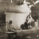 В музее фабрики ''1 Мая''. Архивные фото на стенах музея